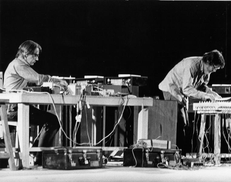 John Cage (poprawej) zDavidem Tudorem podczas Shiraz Arts Festival, 1971 r.