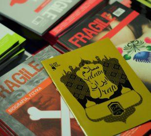 "stoisko pisma kulturowego ""Fragile"" podczas SLOT Festu ""Salam Iran"""